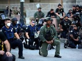 Zeichen der Solidarität: US-Polizisten knien mit Demonstranten