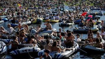 hunderte schlauchboote : dumm, egoistisch, respektlos: demo-party auf berliner kanal sorgt für heftige kritik