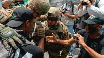 US-Proteste gegen Rassismus: Schließt euch uns an! – Soldaten gehen mit Demonstranten auf die Knie