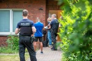 Schleuserbande?: Razzia: Polizei durchsucht Haus in Stelle