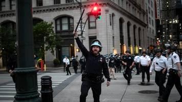 Tausende Demonstranten in den USA ignorieren Anordnungen