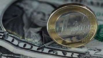 Devisen: Eurokurs gibt vor EZB-Entscheidungen leicht nach