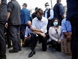 Zeichen gegen Rassismus: Trudeau kniet vor Demonstranten nieder