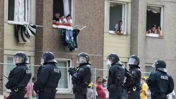 mit gegenständen beworfen - quarantäne in göttingen: bewohner verletzen polizisten