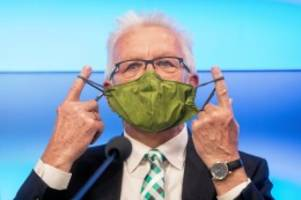 hygieneregeln: ministerpräsident kretschmann ohne maske am flughafen tegel