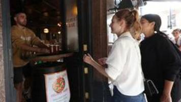 corona-lockerungen: halleluja - englands pubs öffnen wieder
