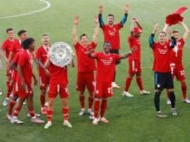 Meisterfeier der Bayern: Ehrenrunde im leeren Stadion