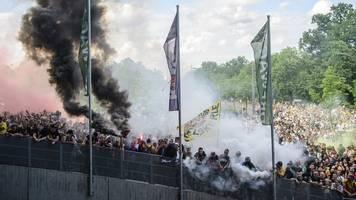 Fans verstoßen bei Dresden-Spiel gegen Corona-Abstandsregeln