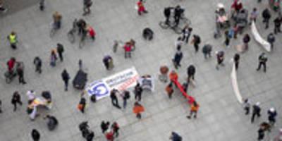 stadtteilspaziergang gegen häuserverkauf: der miethai geht um