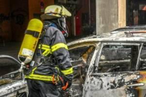 Hamburg: Auto brennt vor Tiefgarage – Polizei vermutet Brandstiftung
