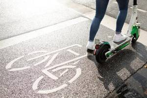 Ein Jahr E-Scooter in Deutschland: Klimaretter oder Stolperfalle?