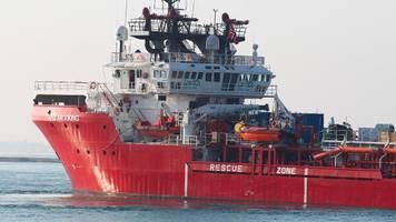 flüchtlinge im mittelmeer: 180 migranten harren auf ocean viking aus