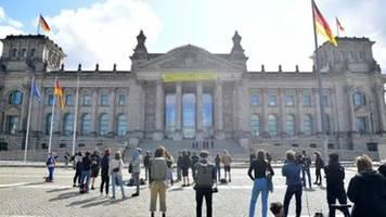 umweltschützer protestieren vor reichstag für schnelleren kohleausstieg