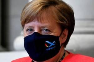 Bundeskanzlerin: Angela Merkel mit Maske: Kanzlerin trägt Mund-Nasen-Schutz