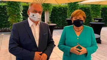 Corona — Angela Merkel: Kanzlerin trägt erstmals öffentlich mit einer Maske