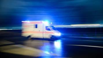 Zwei Menschen nach Unfall in Fahrzeug eingeklemmt