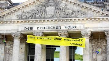 Berlin: Anti-Kohle-Aktivisten seilen sich vom Reichstag ab