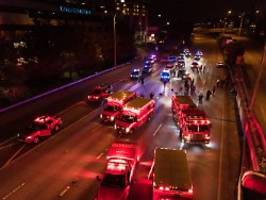 junge frau in lebensgefahr: auto rast in black lives matter-kundgebung
