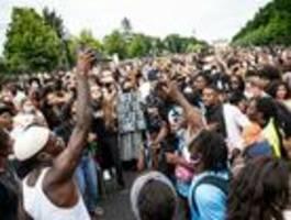 1800 menschen protestieren gegen rassismus