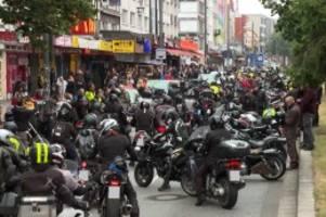 hamburg: 1000 wütende biker auf der reeperbahn: demo gegen fahrverbot