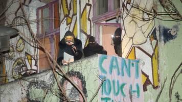 Straßenfest der Liebig 34: Polizeihubschrauber in der Luft