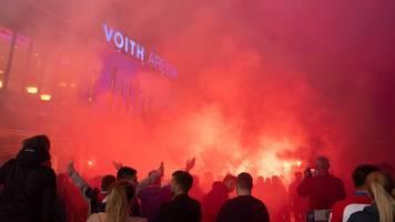 bundesliga-relegation: randale nach spiel – fans beschädigen bremen-bus