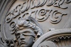 Acht Monate nach Messerangriff: Weizsäcker-Mord: Angeklagter lehnt Gutachter und Richter ab