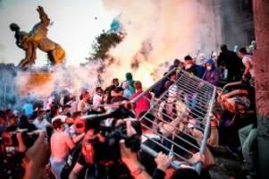 Pandemie: Proteste gegen Corona-Maßnahmen in Serbien eskalieren