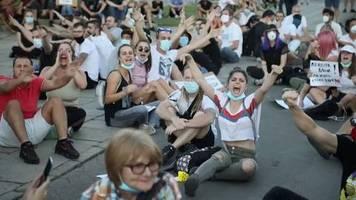 video: tausende protestieren friedlich in belgrad