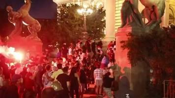 video: gewalttätige proteste in serbien gegen präsident vučić