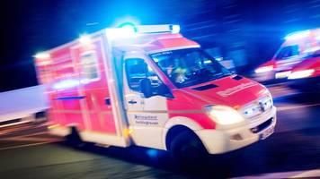 radlader erfasst fußgänger: 83-jähriger schwer verletzt