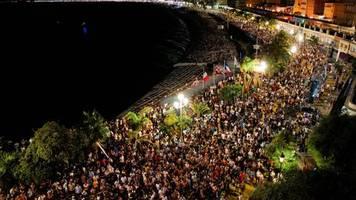 Corona-Pandemie: Ohne Mundschutz, kein Abstand: Tausende Menschen feiern in Nizza auf einem Konzert