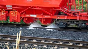 Strecke von 50 Kilometern: Güterzug verliert gesundheitsgefährdendes weißes Pulver