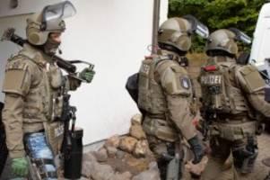 hamburg: sek stürmt hotel am flughafen und nimmt clan-mitglieder fest