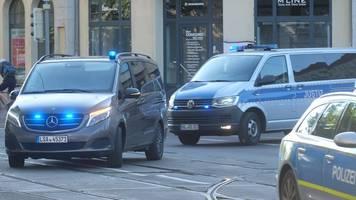 angeklagter im terror-prozess mit blaulicht zum gericht