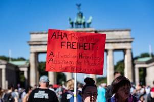 Tausende demonstrieren in Berlin gegen Corona-Auflagen