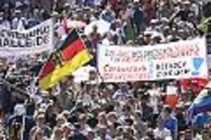 """Trotz steigender Infektionszahlen - """"Wir sind die zweite Welle"""": Tausende Corona-Leugner demonstrieren ohne Masken in Berlin"""
