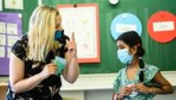 Corona-Maßnahmen: Anja Karliczek drängt auf Masken in Schulen