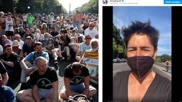 Journalistin postet Video: Bedrohliche Situation: Dunja Hayali bricht Dreh bei Corona-Demo in Berlin ab