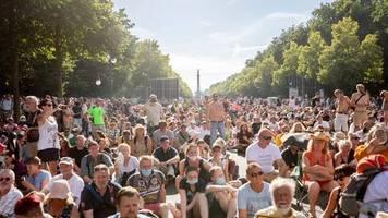 Etwa 20.000 Menschen: Gegen Corona-Auflagen: Demonstration in Berlin
