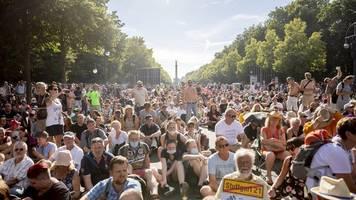 Etwa 20.000 Menschen - Gegen Corona-Auflagen: Demonstration in Berlin