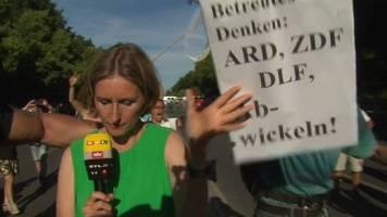 Lügenpresse-Rufe: Bedrohliche Lage: ntv-Reporterin muss Dreh bei Corona-Demo abbrechen