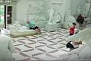 200 jahre alt - für ein foto: tourist bricht zehen von 200 jahre alter statue im museum ab