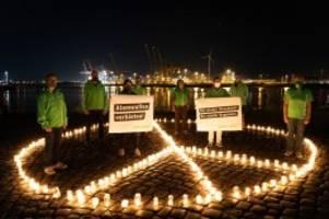 Hamburg: 200 Kerzen für Hiroshima: Greenpeace-Aktion am Elbufer