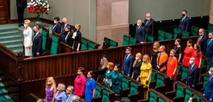 warum die opposition zu dudas vereidigung regenbogen trägt