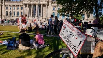 Corona-News: Corona-Leugner kündigen neue Demonstration in Berlin an