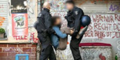"""Räumung der Kneipe """"Syndikat"""" in Berlin: Letzte Runde, doch die Wut bleibt"""