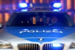 kreis pinneberg: bei einsatzfahrt: polizeiauto rammt abbiegenden opel