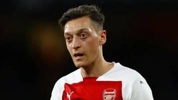 mesut Özil: fußballer mit kleiner prinzessin im urlaub