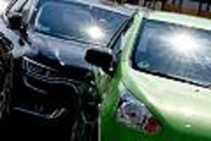 Vater ärgert sich über kaputte Scheibe - Mann rettet Baby bei Hitze aus parkendem Auto - jetzt hat er eine Anzeige am Hals
